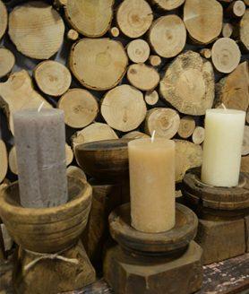 Lage houten kandelaars met kaars