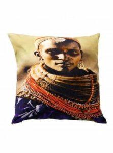 Etnisch Kussen met Afrikaanse vrouw