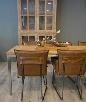 Eettafel met metalen frame