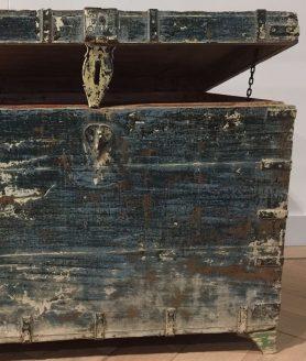 Unieke blauwe kist voorkant detail