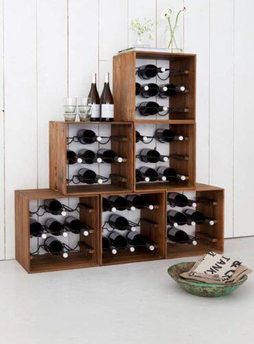 Wijnboxen opgestapeld