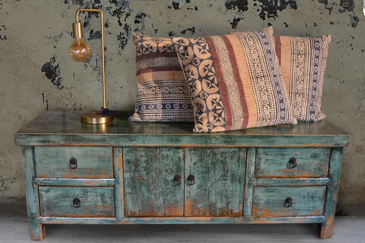 pure wood geeft een aantal tips om een kloppende combinatie te maken tussen oude indiase kasten en een nieuw interieur