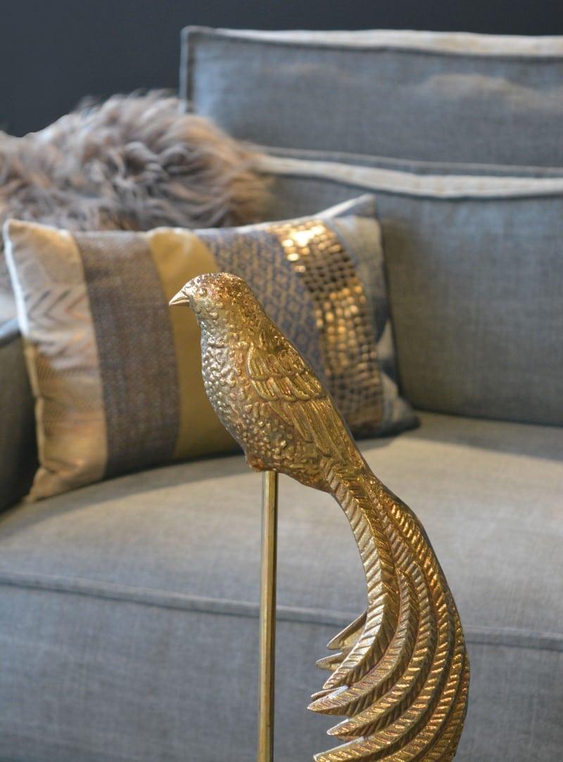 Ornament op voet brons detail