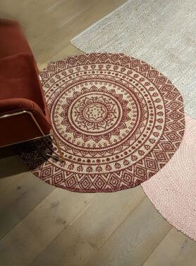 Vloerkleed-jute-met-lotus-print-henna