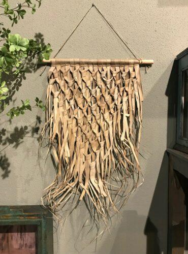Wandkleed gevlochten palmblad driehoek aan stok1