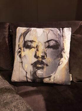 Sierkussen-Woman